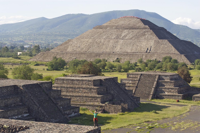 Carmen vor der Sonnenpyramide in Teotihuacan, Mexiko
